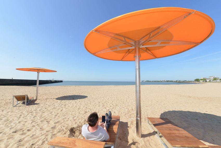 Les parasols connectés de la plage du Commando. Crédit : Ville de Saint-Nazaire